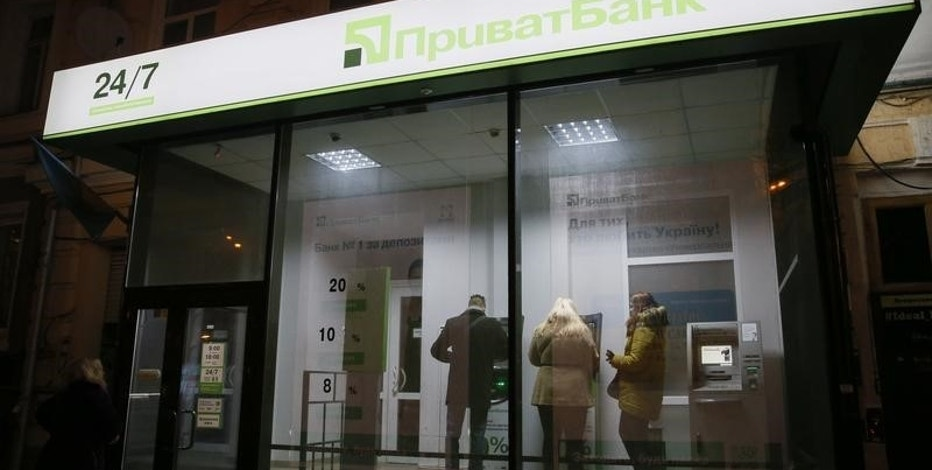 People use payment terminals at the branch of Privatbank in central Kiev, Ukraine, December 18, 2016.  REUTERS/Valentyn Ogirenko