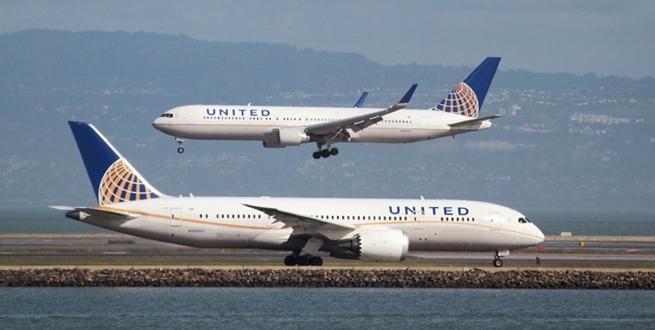 A United Airlines Boeing 787 taxis as a United Airlines Boeing 767 lands at San Francisco International Airport, San Francisco, California, U.S. on February 7, 2015.   REUTERS/Louis Nastro/File Photo
