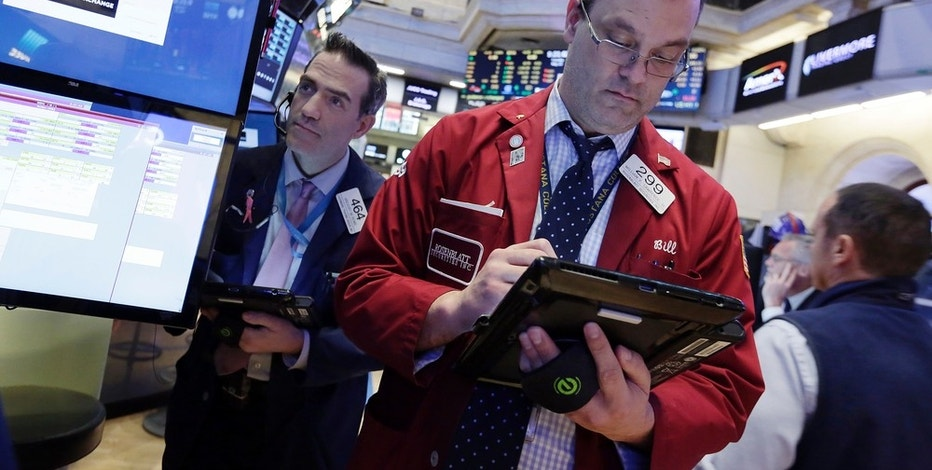Wall St. Falls as Oil Tumbles, Tech Rebound Peters Out