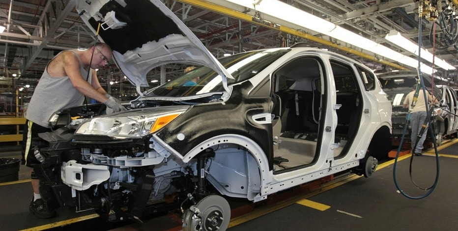 Louisville Assembly Plant employees work to assemble the new 2013 Ford Escape on the production line in Louisville, Kentucky, June 13, 2012.  REUTERS/John Sommers II/File Photo - RTSGGVI