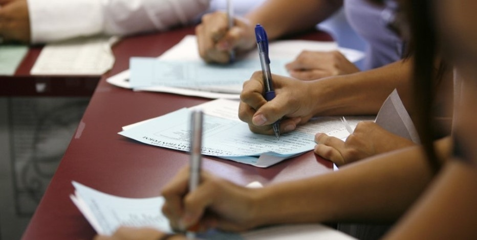 Applicants fill out forms during a job fair at the Southeast LA-Crenshaw WorkSource Center in Los Angeles November 20, 2009. REUTERS/Mario Anzuoni