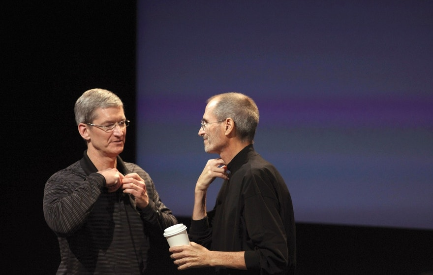 Apple COO Tim Cook (L) and CEO Steve Jobs remove their microphones after a news conference at Apple headquarters in Cupertino, California, July 16, 2010.   REUTERS/Kim White  (UNITED STATES - Tags: BUSINESS SCI TECH) - RTR2GH3V