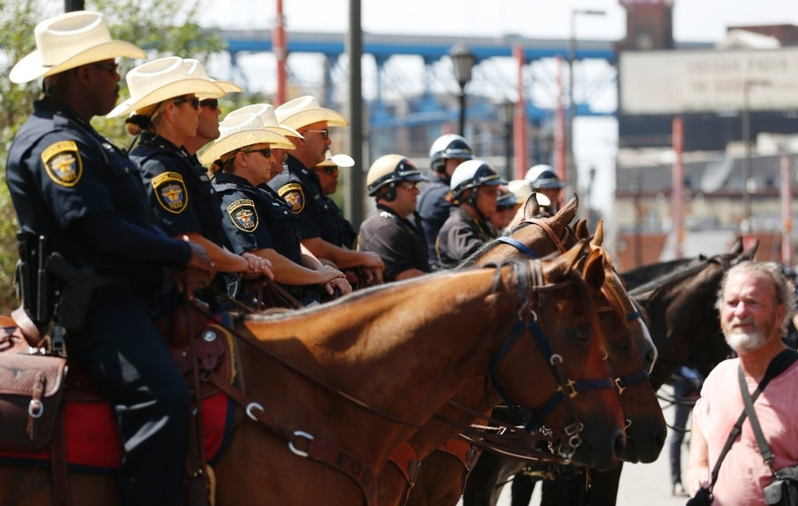 Mounted police officers maintain a barrier between opposing demonstrators near the Republican National Convention in Cleveland, Ohio, U.S. July 18, 2016.  REUTERS/Lucas Jackson - RTSILQS
