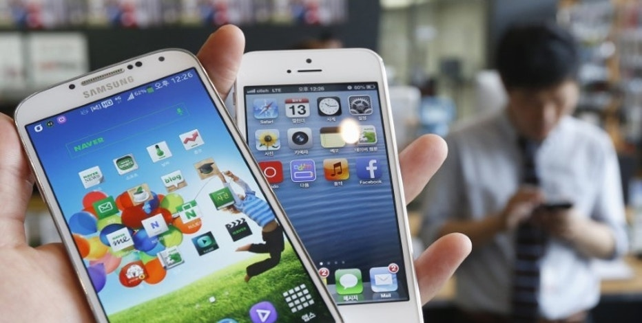 Samsung Electronics' Galaxy S4 (L) and Apple's iPhone 5 are seen in this picture illustration taken in Seoul, South Korea May 13, 2013.   REUTERS/Kim Hong-Ji/File Photo