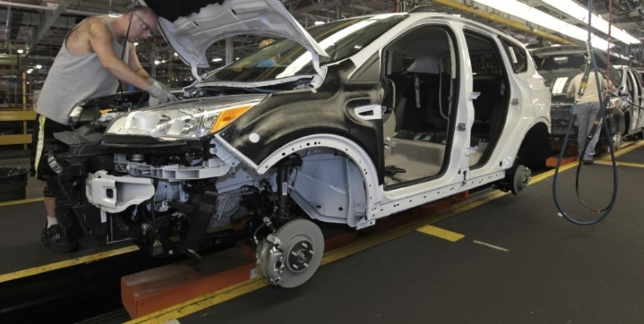 Louisville Assembly Plant employees work to assemble the new 2013 Ford Escape on the production line in Louisville, Kentucky, June 13, 2012.  REUTERS/John Sommers II/File Photo