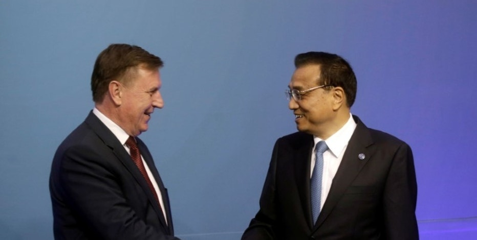 Latvia's Prime Minister Maris Kucinskis shakes hands with China's Premier Li Keqiang during the meeting of heads of government Central and Eastern European countries and China in Riga, Latvia, November 5, 2016.  REUTERS/Ints Kalnins