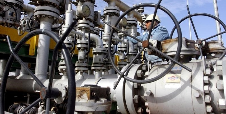 A worker checks the valves at Al-Sheiba oil refinery in the southern Iraq city of Basra, January 26, 2016.   REUTERS/Essam Al-Sudani/File Photo