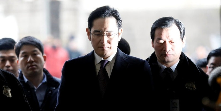 Samsung Group chief, Jay Y. Lee, arrives for a court hearing to review a detention warrant request against him at the Seoul Central District Court in Seoul, South Korea, January 18, 2017.   REUTERS/Kim Hong-Ji