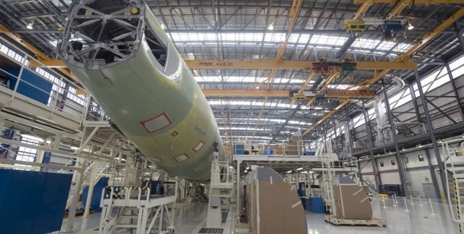 An Airbus A321 is being assembled in the final assembly line hangar at the Airbus U.S. Manufacturing Facility in Mobile, Alabama September 13, 2015. REUTERS/Michael Spooneybarger/File Photo