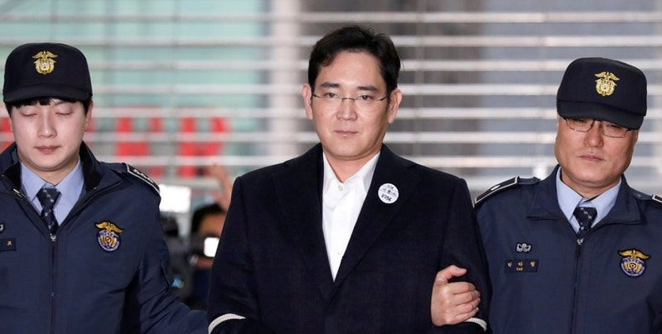 Samsung Group chief, Jay Y. Lee arrives at the office of the independent counsel team in Seoul, South Korea, February 19, 2017.  REUTERS/Kim Hong-Ji/Files