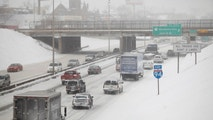 Motorist drive along a snow covered Interstate-94 in Detroit, Michigan January 2, 2014. The first major winter storm of 2014 bore down on the northeastern United States on Thursday with heavy snow, Arctic temperatures and strong winds just as many people were returning from holiday breaks. REUTERS/Joshua Lott (UNITED STATES - Tags: ENVIRONMENT) - TM4EA1212DN01
