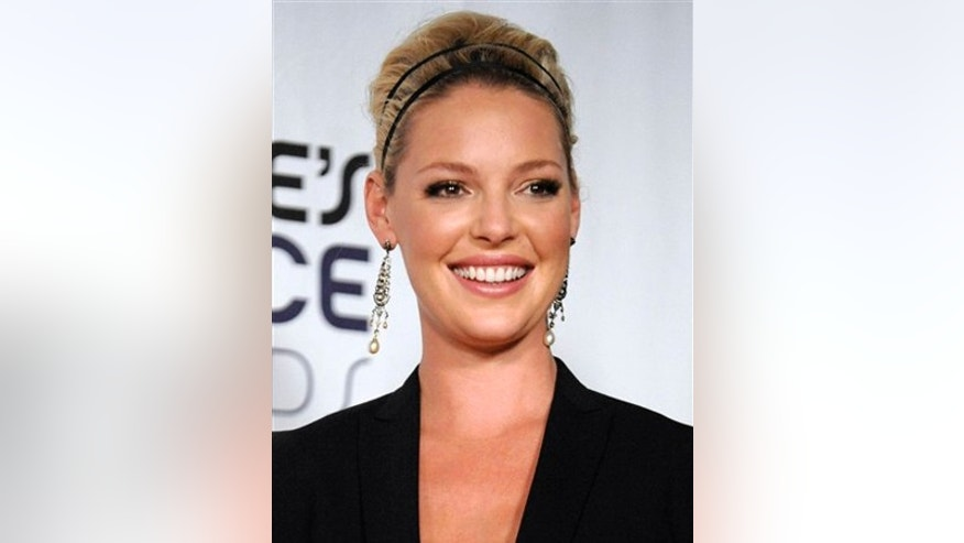 "** FILE ** In this Jan. 7, 2009 file photo, Katherine Heigl poses backstage with the favorite comedy movie award for ""27 Dresses"" at the 35th Annual People's Choice Awards in Los Angeles. (AP Photo/Chris Pizzello, file)"
