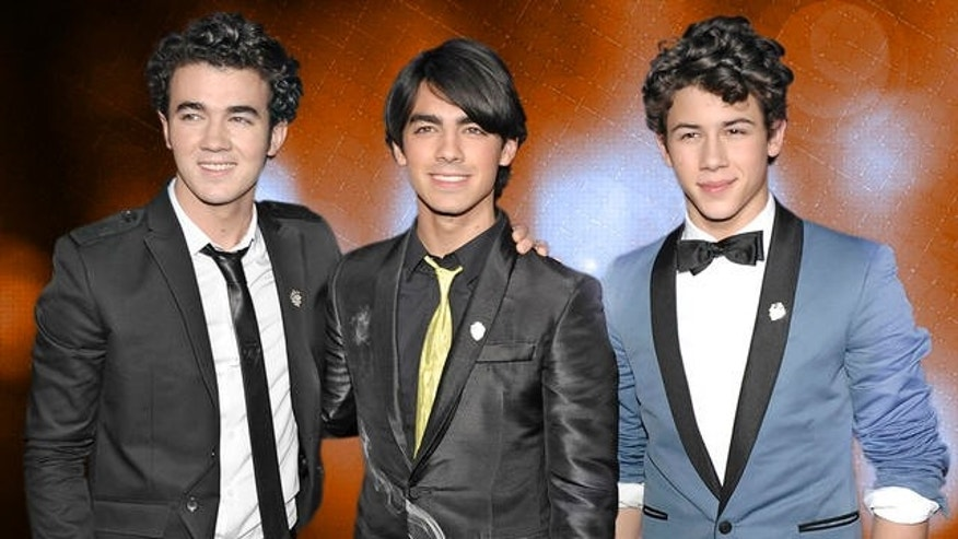 "From left, singer Kevin Jonas, singer Joe Jonas, and singer Nick Jonas pose on the press line at the premiere of ""Jonas Brothers: The 3D Concert Experience"" in Hollywood, Calif. on Tuesday, Feb. 24, 2009. (AP Photo/Dan Steinberg)"