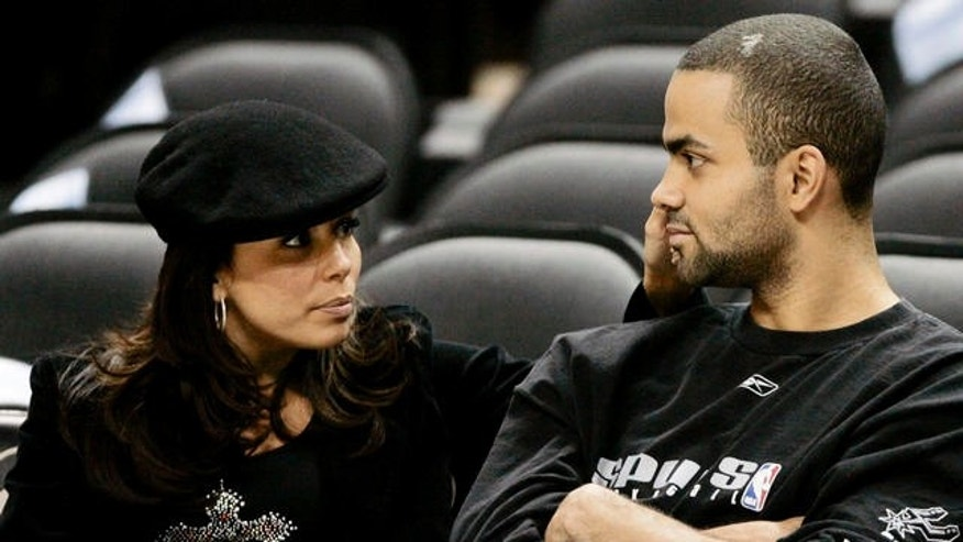 "San Antonio Spurs guard Tony Parker, right, of France, sits with his girlfriend and ""Desperate Housewives"" co-star Eva Longoria prior to the team's NBA basketball game against the Seattle SuperSonics  in San Antonio, Tuesday, April 11, 2006. (AP Photo/Eric Gay)"