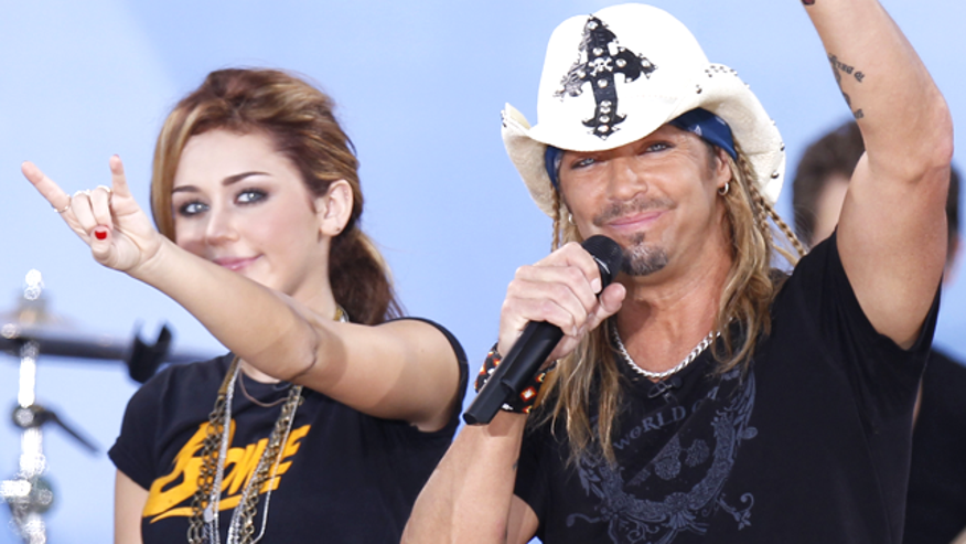 Bret Michaels performs with Miley Cyrus in 2010. (Reuters)