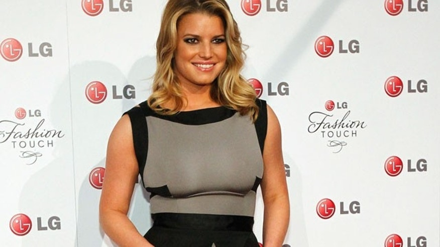 Jessica Simpson shows off her curves on the red carpet. (Reuters)