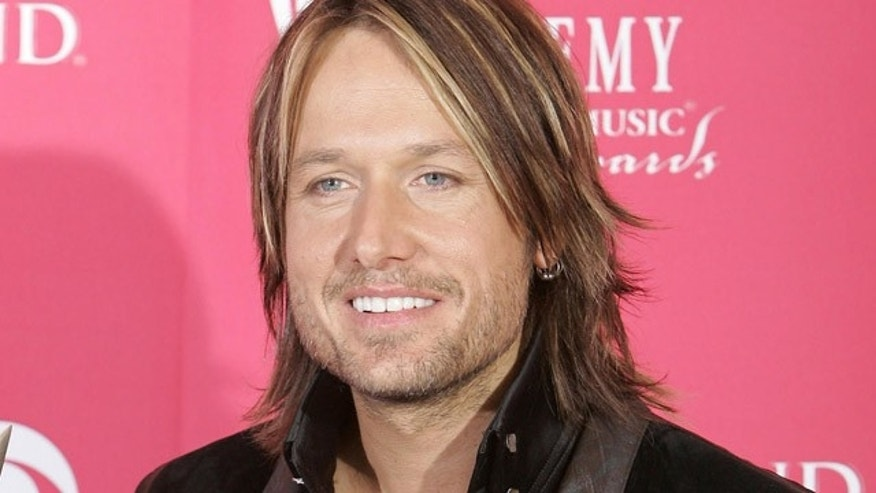 Australia's Keith Urban holds his award for top male vocalist at the 41st Academy of Country Music Awards, Tuesday, May 23, 2006, in Las Vegas. (AP Photo/Mark J. Terrill)