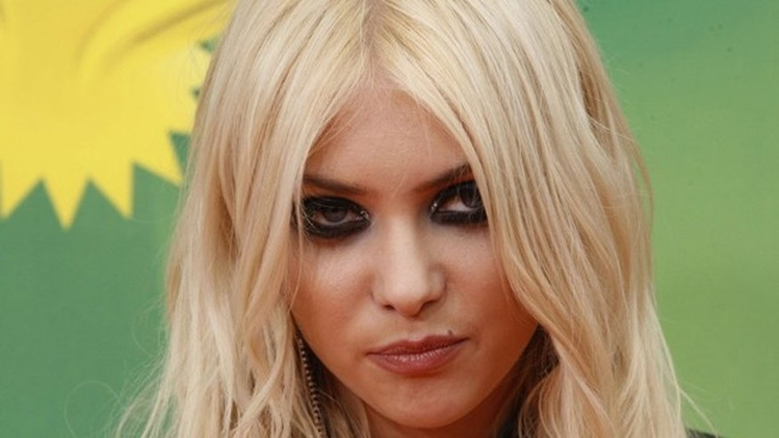 Actress Taylor Momsen poses at the 2011 Nickelodeon Kids Choice Awards in Los Angeles,California April 2, 2011.  REUTERS/Fred Prouser  (UNITED STATES - Tags: ENTERTAINMENT)