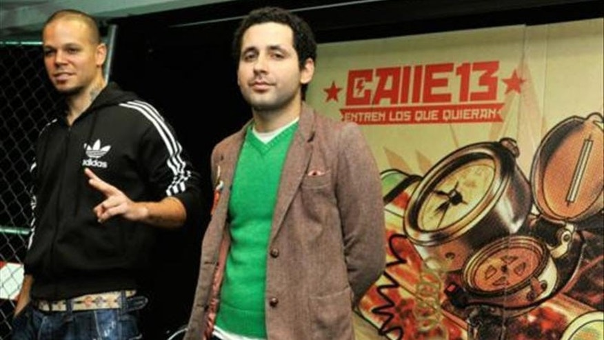 "The Puerto Rican rap duo Calle 13 made up of Rene ""Residente"" Perez (l.) and Eduardo Jose ""Visitante"" Cabra (r.) are seen at a press conference in Mexico City."