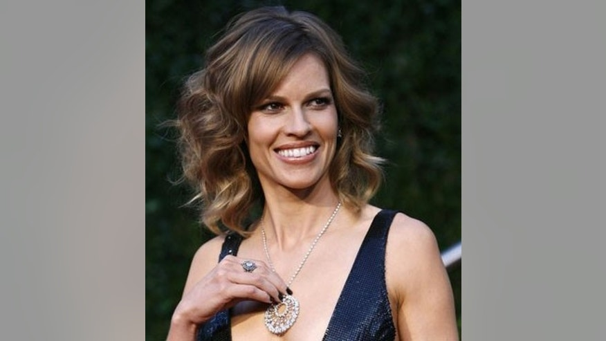 Actress Hilary Swank arrives at the 2010 Vanity Fair Oscar party in West Hollywood, California March 7, 2010. REUTERS/Danny Moloshok   (OSCARS-PARTY) (UNITED STATES - Tags: ENTERTAINMENT)
