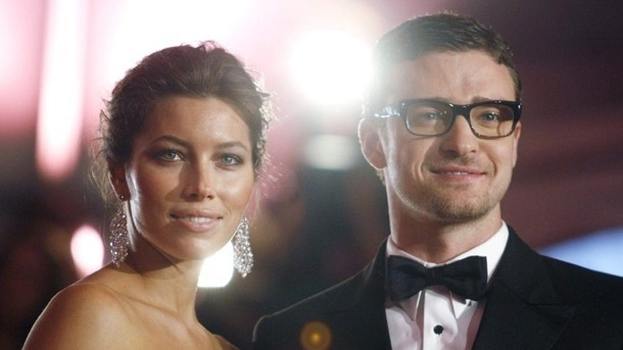 "Actors Justin Timberlake (R) and Jessica Biel arrive for the Metropolitan Museum of Art Costume Institute Gala, ""The Model As Muse: Embodying Fashion"" in New York, May 4, 2009.     REUTERS/Eric Thayer (UNITED STATES ENTERTAINMENT FASHION)"