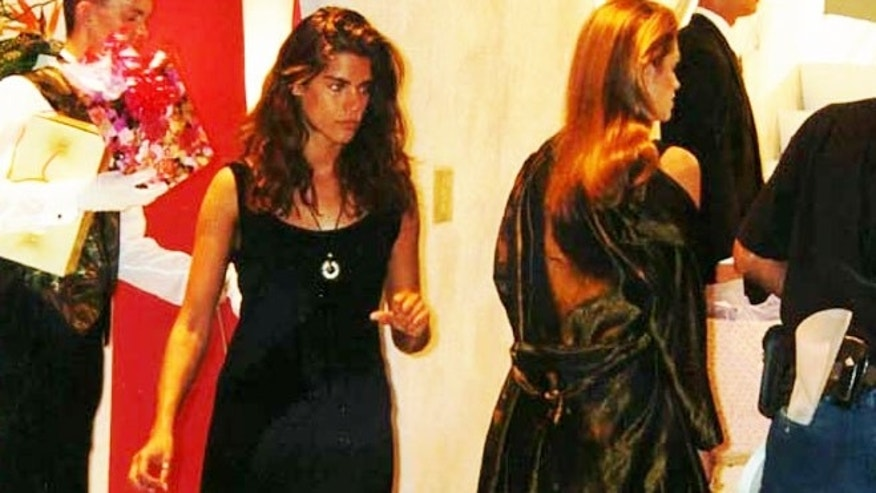 Nicole Clark (l) was the body double for Cindy Crawford (r) in a 1995 credit card commercial that ran during the Super Bowl.