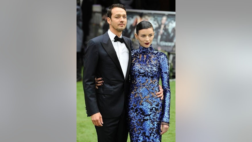 "Director Rupert Sanders (L) and actress Liberty Ross pose for photographers as they arrive for the world premiere of ""Snow White and the Huntsman"" at Leicester Square in London May 14, 2012.  REUTERS/Paul Hackett (BRITAIN - Tags: ENTERTAINMENT SOCIETY)"