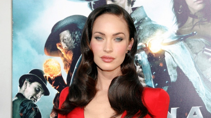 "Actress Megan Fox arrives for the premiere of the film ""Jonah Hex"" in Hollywood, California June 17, 2010. REUTERS/Jason Redmond   (UNITED STATES - Tags: ENTERTAINMENT)"