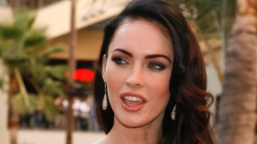 "Actress Megan Fox poses at a fan event for the film ""Jennifer's Body"" in Hollywood September 16, 2009.  REUTERS/Fred Prouser   (UNITED STATES ENTERTAINMENT)"
