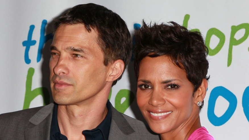 BEVERLY HILLS, CA - APRIL 17:  Actors Olivier Martinez (L) and Halle Berry attend the 2011 Jenesse Silver Rose Auction and Gala at the Beverly Hills Hotel on April 17, 2011 in Beverly Hills, California.  (Photo by David Livingston/Getty Images)