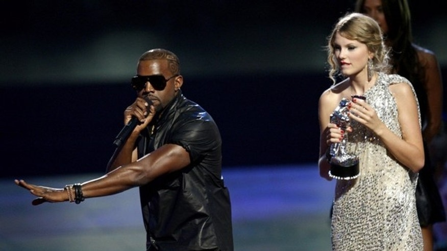 Kanye West (L) interrupts the acceptance speech from best female video winner Taylor Swift (R) at the 2009 MTV Video Music Awards in New York, September 13, 2009.  REUTERS/Gary Hershorn (UNITED STATES ENTERTAINMENT)