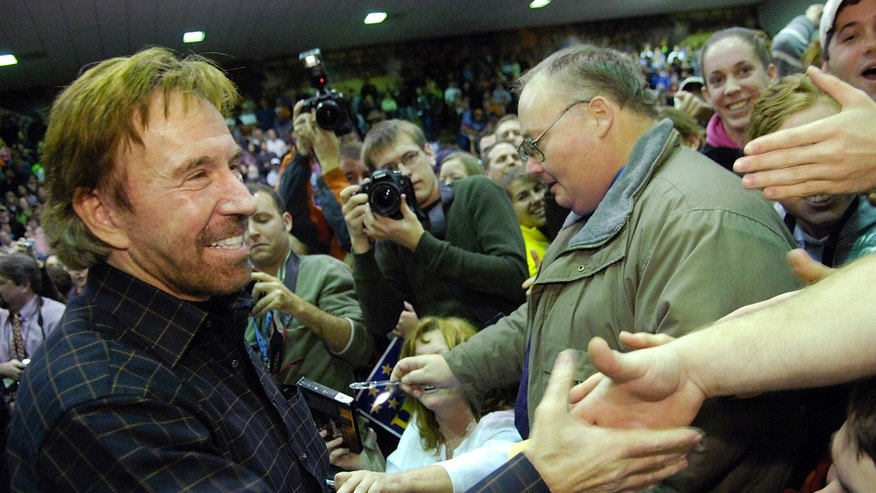 Actor Chuck Norris greets fans as he campaigns for US Republican presidential candidate and former Arkansas Governor Mike Huckabee at Clemson University in Clemson, South Carolina, January 17, 2008.  REUTERS/Jonathan Ernst (UNITED STATES)  US PRESIDENTIAL ELECTION CAMPAIGN 2008 (USA)