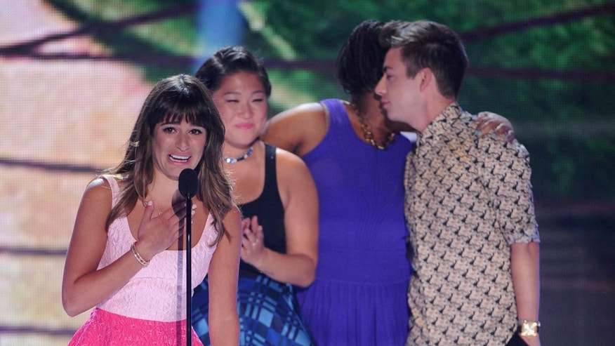 "UNIVERSAL CITY, CA - AUGUST 11:  (L-R) Actors Lea Michele, Jenna Ushkowitz, Amber Riley and Kevin McHale accept Choice TV Show: Comedy award for ""Glee"" onstage during the Teen Choice Awards 2013 at Gibson Amphitheatre on August 11, 2013 in Universal City, California.  (Photo by Kevin Winter/Getty Images)"
