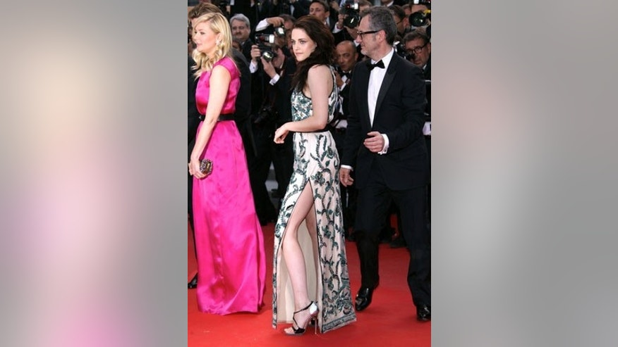 US/AUS/NZ ONLY Kristen Stewart showing some legs while on the red carpet with Kirsten Dunst. May 23, 2012 X17online.com