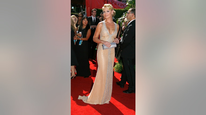 Actress Katherine Heigl arrives at the 58th annual Primetime Emmy Awards at the Shrine Auditorium in Los Angeles August 27, 2006. REUTERS/Fred Prouser (UNITED STATES)