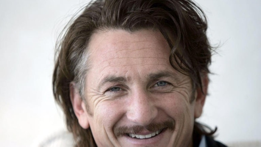 "Sean Penn poses for photos in Toronto, Sunday, Sept. 10, 2006.  Penn is attending the Toronto Film Festival and the screening of his film ""All The King's Men.""  (AP Photo/Chitose Suzuki)"