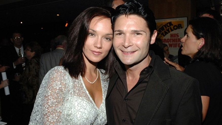 "Corey Feldman (R) and wife Susie Sprague attend a special screening of ""Sicko"" in Beverly Hills, California, June 26, 2007. REUTERS/Phil McCarten (UNITED STATES) - RTR1R6YO"
