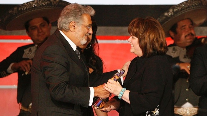 "Tenor Placido Domingo presents musician Linda Ronstadt with the Trailblazer award during the taping of the 2008 ""NCLR Alma"" awards at the Civic Auditorium in Pasadena, California, August 17, 2008. The National Council of La Raza (NCLR) gives out the ALMA awards to honor outstanding Latino artistic achievement in television, film and music. The show airs September 12 on ABC.  REUTERS/Mario Anzuoni   (UNITED STATES) - RTR21B7K"