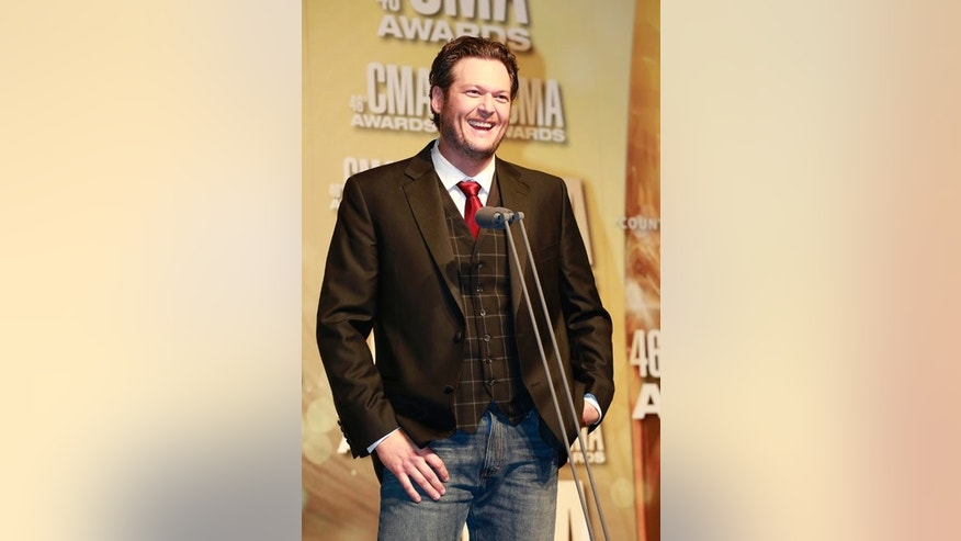 Blake Shelton speaks at the 46th Country Music Association Awards in Nashville, Tennessee, November 1, 2012.    REUTERS/Eric Henderson (UNITED STATES  - Tags: ENTERTAINMENT)   - RTR39W2O