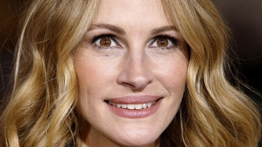 "Cast member Julia Roberts attends the premiere of ""Valentine's Day"" at the Grauman's Chinese theatre in Hollywood, California February 8, 2010. The movie opens in the U.S. on February 12.  REUTERS/Mario Anzuoni (UNITED STATES - Tags: ENTERTAINMENT)"