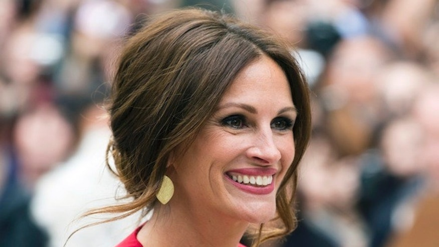 "Cast member Julia Roberts arrives for the ""August: Osage County"" screening at the 38th Toronto International Film Festival in Toronto, September 9, 2013.    REUTERS/Mark Blinch (CANADA - Tags: ENTERTAINMENT) - RTX13EVR"