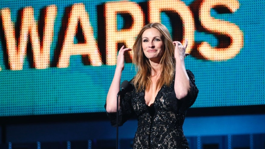 Actress Julia Roberts introduces a performance by Paul McCartney and Ringo Starr at the 56th annual Grammy Awards in Los Angeles, California January 26, 2014.   REUTERS/ Mario Anzuoni  (UNITED STATES  TAGS:ENTERTAINMENT) (GRAMMYS-SHOW) - RTX17WEC