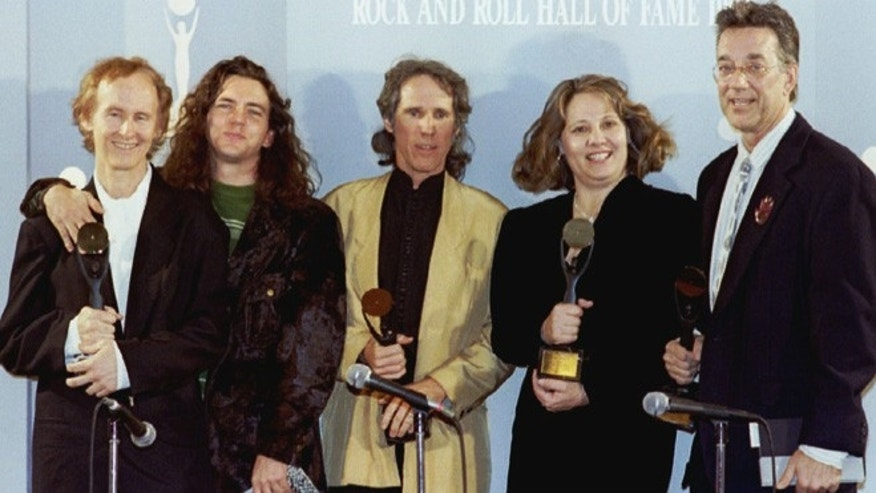 members of the rock group The Doors pose after being inducted in the Rock and roll hall of Fame during ceremonies January 12 in Los Angeles. L-R are Robby Krieger, Pearl Jam, Eddie Vedder who presented the award, John Densmore, Anne Cheuring the sister of late Jim Morrison who accepted the award and ray Manzarek the keyboardist of The Doors - RTXF39I