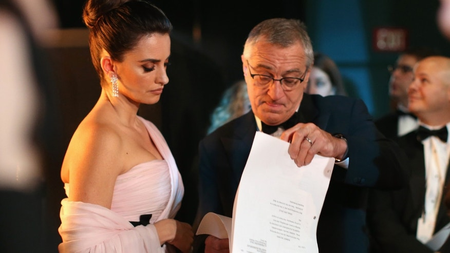 HOLLYWOOD, CA - MARCH 02:  (L-R) Actors Penelope Cruz and Robert De Niro talk backstage during the Oscars held at Dolby Theatre on March 2, 2014 in Hollywood, California.  (Photo by Christopher Polk/Getty Images)