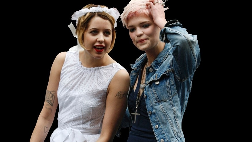 Peaches and Pixie Geldof (l-r), daughters of singer Bob Geldof.