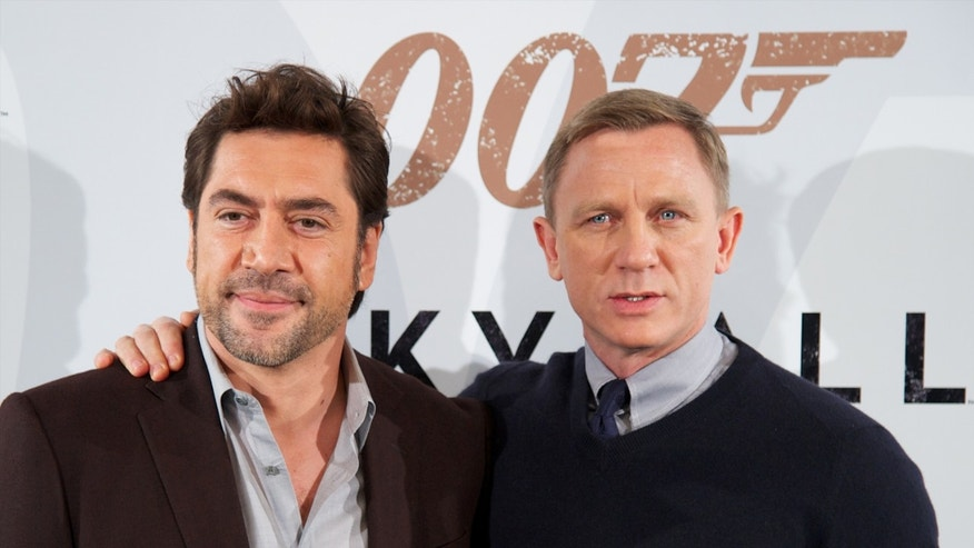 "MADRID, SPAIN - OCTOBER 29:  Actors Javier Bardem (L) and Daniel Craig (R) attend the ""Skyfall"" photocall at the Villamagna Hotel on October 29, 2012 in Madrid, Spain.  (Photo by Carlos Alvarez/Getty Images)"