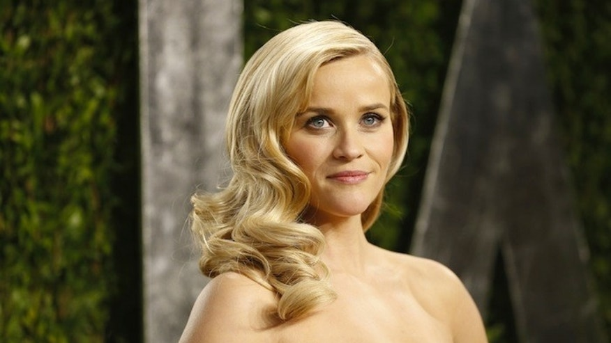 Reese Witherspoon at the 2013 Vanity Fair Oscars Party in West Hollywood, California February 24, 2013.  REUTERS/Danny Moloshok  (UNITED STATES TAGS:ENTERTAINMENT) (OSCARS-PARTIES) - RTR3E93D