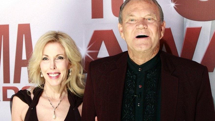 Singer Glen Campbell and his wife Kim arrive at the 45th Country Music Association Awards in Nashville, Tennessee, November 9, 2011.