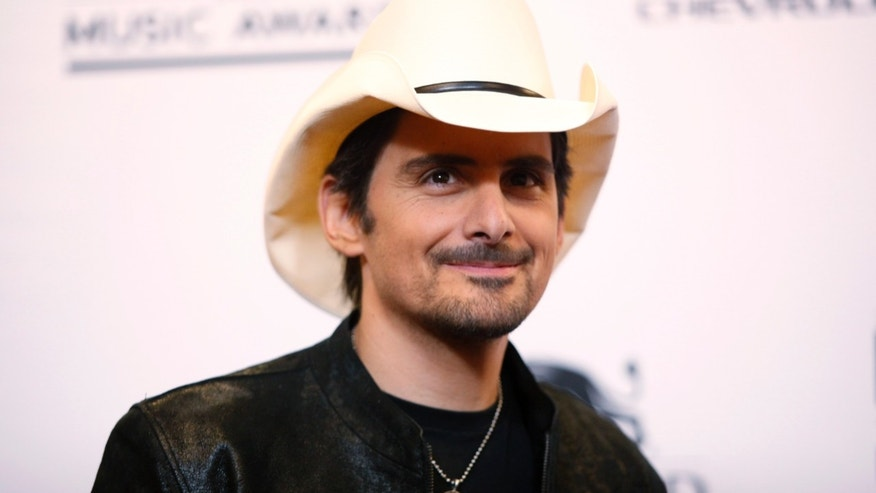 Singer Brad Paisley poses backstage at the 2014 Billboard Music Awards in Las Vegas, Nevada May 18, 2014.  REUTERS/L.E. Baskow  (UNITED STATES-Tags: ENTERTAINMENT)(BILLBOARDAWARDS-BACKSTAGE) - RTR3PR88