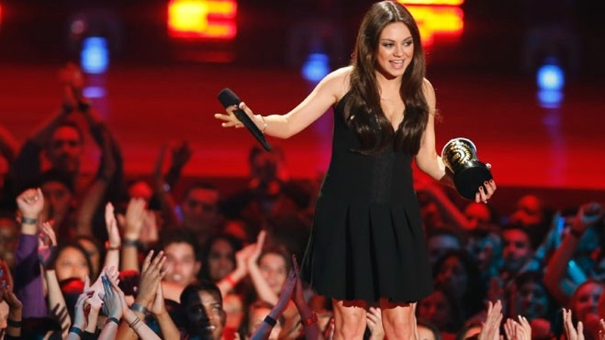 "Mila Kunis accepts the award for best villain for her performance as Theodora, Wicked Witch of the West, in the film ""Oz the Great and Powerful"" at the 2014 MTV Movie Awards in Los Angeles, California  April 13, 2014.  REUTERS/Lucy Nicholson  (UNITED STATES - Tags: Entertainment) (MTV-SHOW) - RTR3L4OX"